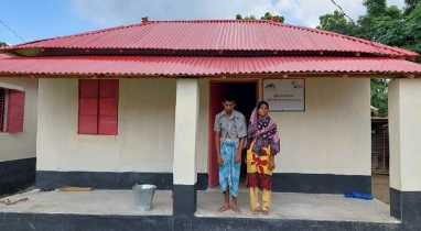 নওগাঁয় প্রধানমন্ত্রীর উপহারের ঘরে নিশ্চিন্তে ঘুমাতে পারছেন গৃহহীনরা