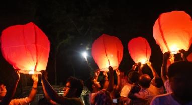বরগুনার তালতলীতে ফানুস উড়িয়ে শুরু হয়েছে প্রবারণা উৎসব