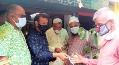 পাইকগাছায় দূর্যোগে ক্ষতিগ্রস্ত দুঃস্থ পরিবারের মাঝে মানবিক সহয়তা প্রদান
