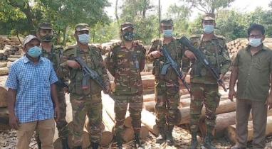 বান্দরবানের লামা উপজেলা থেকে বিপুল পরিমান কাঠ জব্দ করেছে সেনাবাহিনী