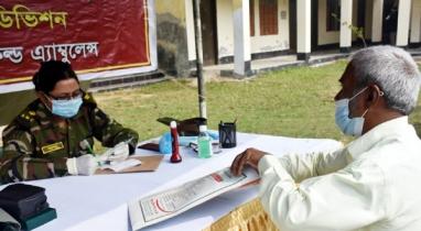 নওগাঁর ধামইরহাটে বিনামূল্যে চিকিৎসাসেবা প্রদান করেছে সেনাবাহিনী