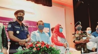 নওগাঁয় স্মার্ট জাতীয় পরিচয় পত্র বিতরণ কর্মসূচির উদ্বোধন করেন জেলা প্রশাসক